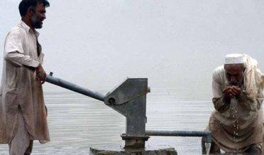 دو تہائی پاکستانی پینے کے صاف پانی سے محروم: رپورٹ
